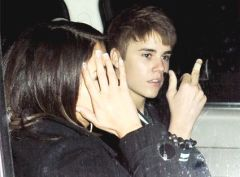 justin beiber giving the finger