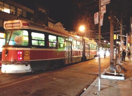 Toronto-Queen-Street-West-streetcar-TTC