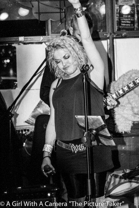 vocalist-suzi-stephenson-rocking-out-at-the-linsmore-4968